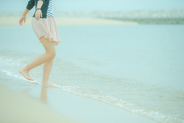 爪水虫を完治して海を楽しむ女性
